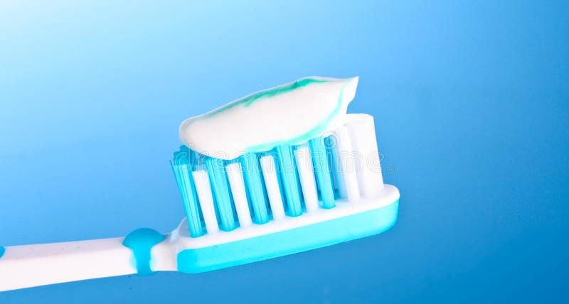 Toothbrush con dentifricio in pasta immagine stock