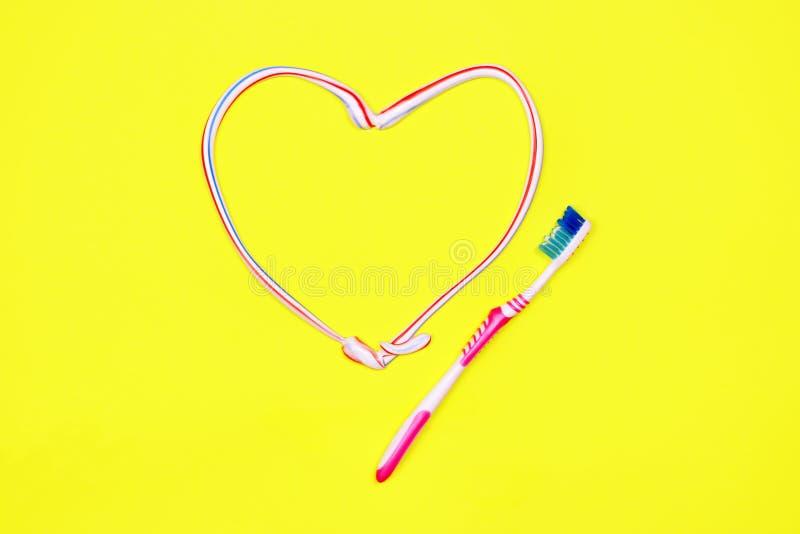 Toothbrush i pasta do zębów na żółtym tle zdjęcia stock