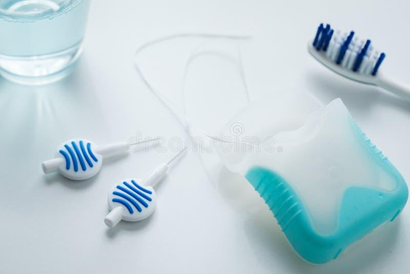 Toothbrush, mouthwash, floss i błękitni międzyzębni muśnięcia jako wyposażenie dla, dziennej stomatologicznej opieki, zapobiegani fotografia royalty free