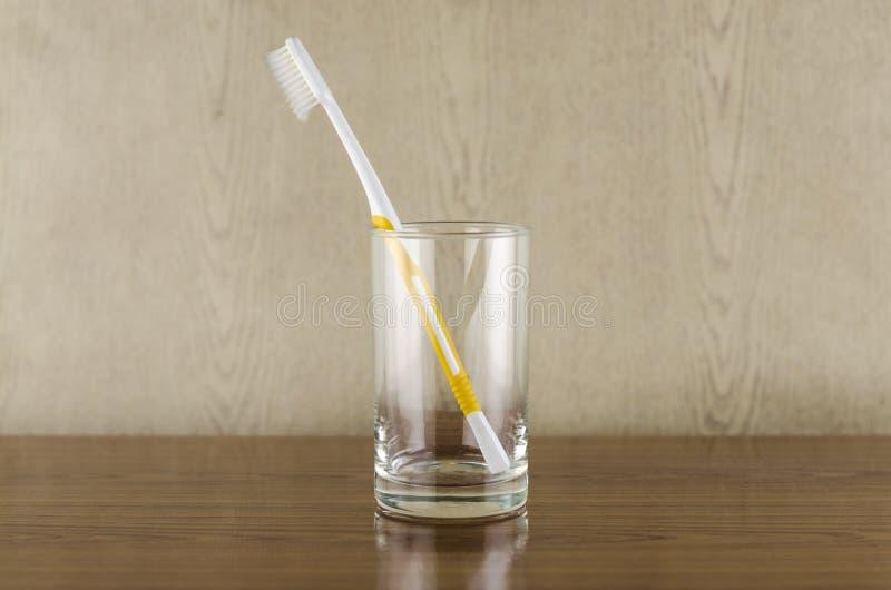 Toothbrush no vidro foto de stock