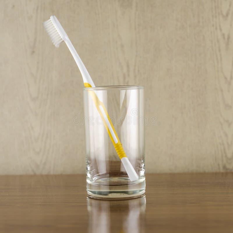 Toothbrush no vidro imagem de stock royalty free