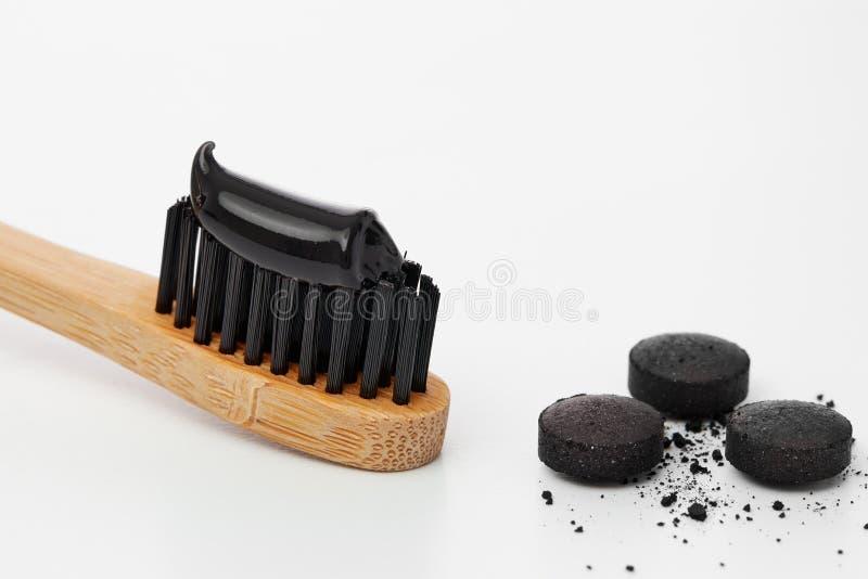 Toothbrush z czarnym węgla drzewnego pasta do zębów obraz stock