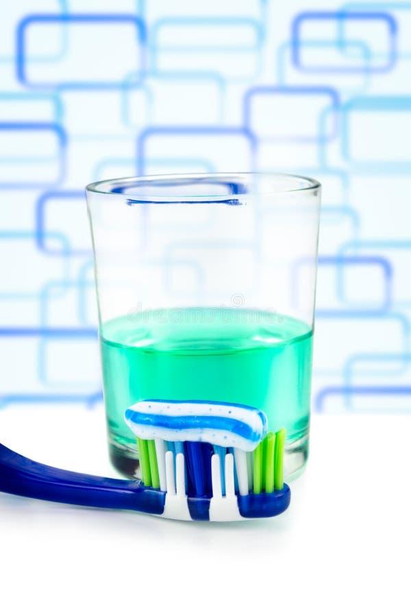 Toothbrush z pastą i mouthwash na szkle zdjęcie royalty free