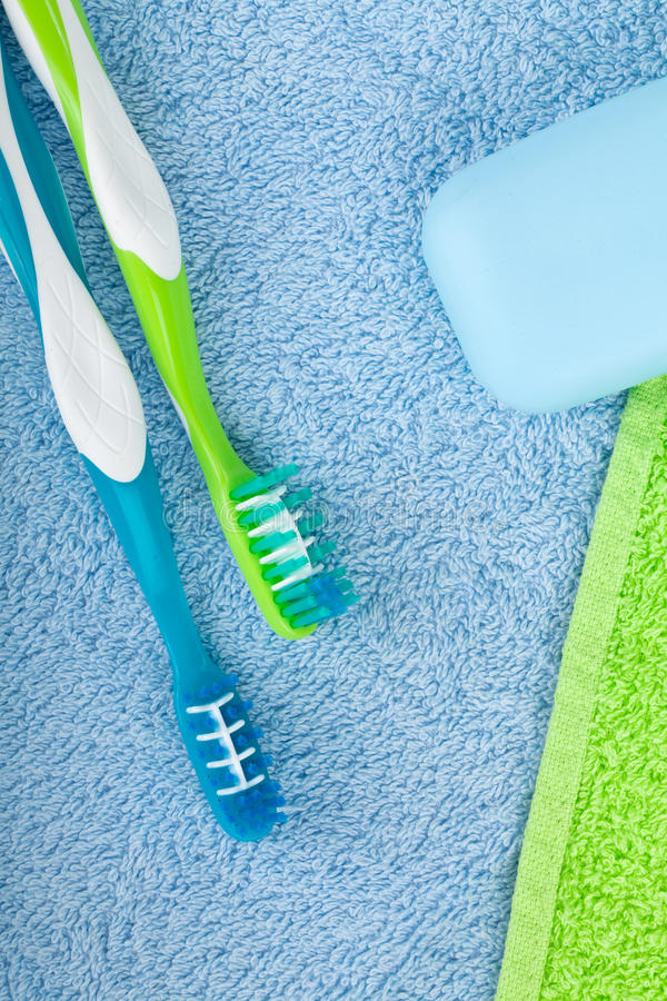 Toothbrushes i mydło nad ręcznikami zdjęcie stock