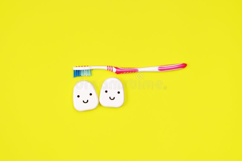 Toothbrushes i stomatologiczny floss na żółtym tle zdjęcia royalty free