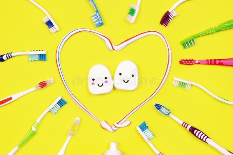 Toothbrushes i stomatologiczny floss na żółtym tle zdjęcie royalty free