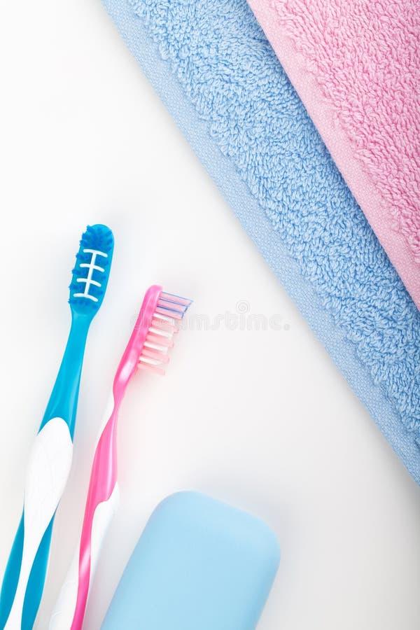 Toothbrushes, mydło i dwa ręcznika, fotografia stock