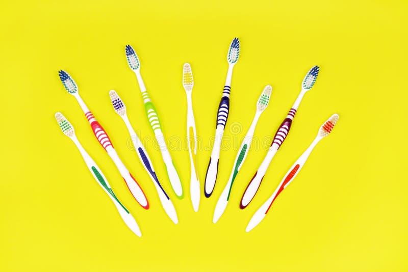 Toothbrushes na żółtym tle zdjęcia stock