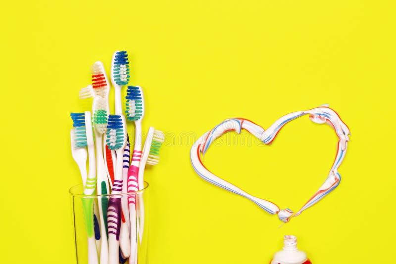 Toothbrushes na żółtym tle obraz stock