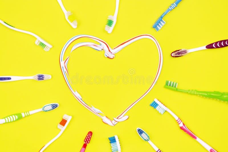Toothbrushes na żółtym tle, zęby czyści pojęcie fotografia royalty free