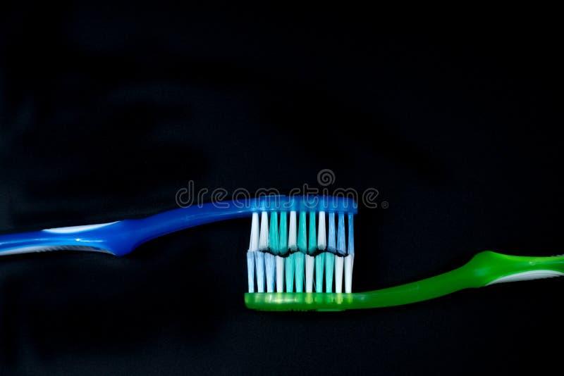 Toothbrushes przeciw czarnemu tłu obrazy royalty free
