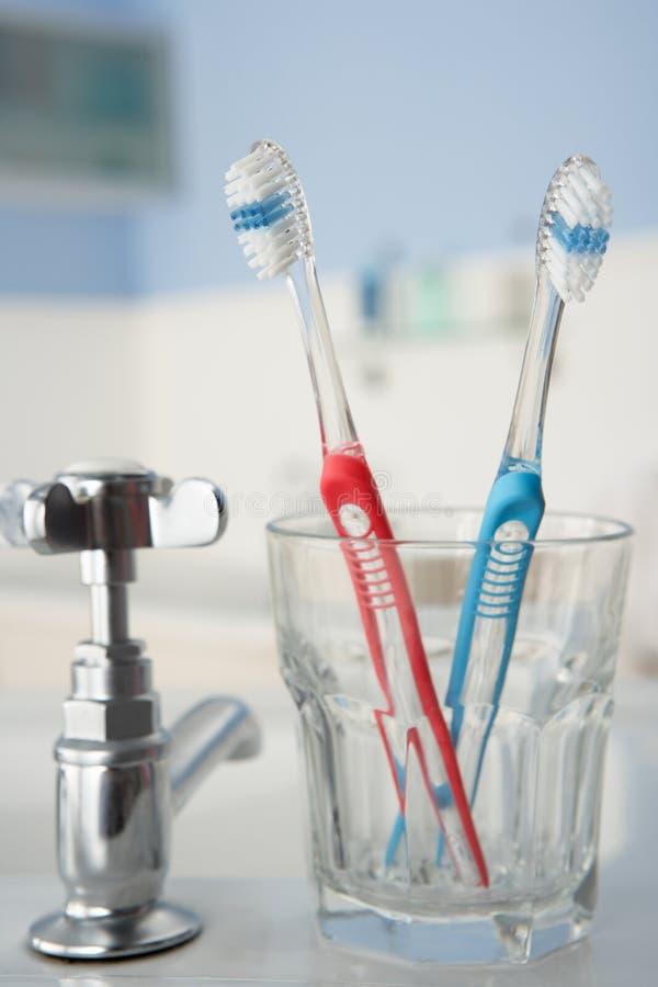 Toothbrushes in stanza da bagno immagine stock