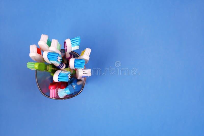 Toothbrushes w szkle na błękitnym tle zdjęcie stock