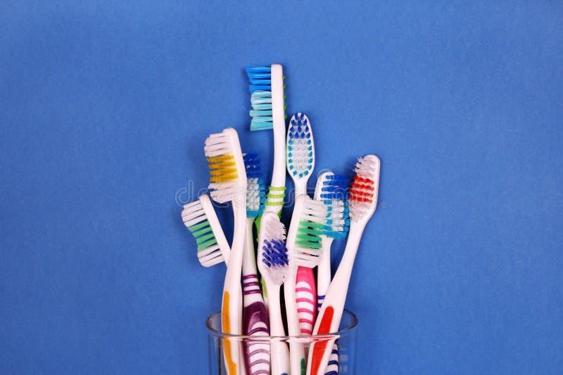 Toothbrushes w szkle na błękitnym tle obrazy royalty free