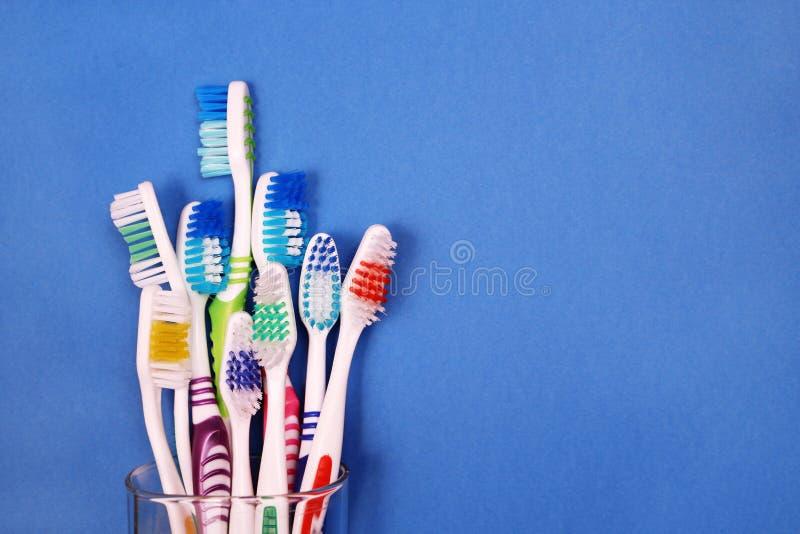 Toothbrushes w szkle na błękitnym tle obraz royalty free