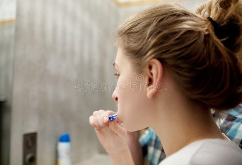 Toothbrushing no espelho fotos de stock royalty free