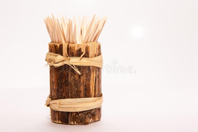 Toothpicks de madeira em um fundo branco fotografia de stock royalty free