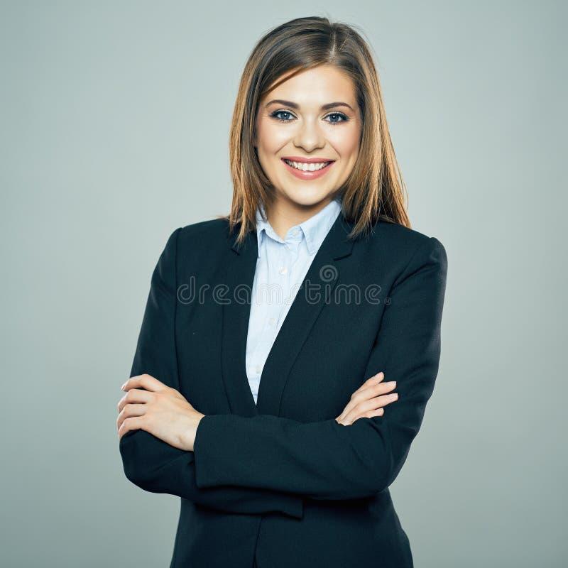 Toothy glimlachende Bedrijfsvrouw kruiste wapens geïsoleerd portret royalty-vrije stock afbeelding