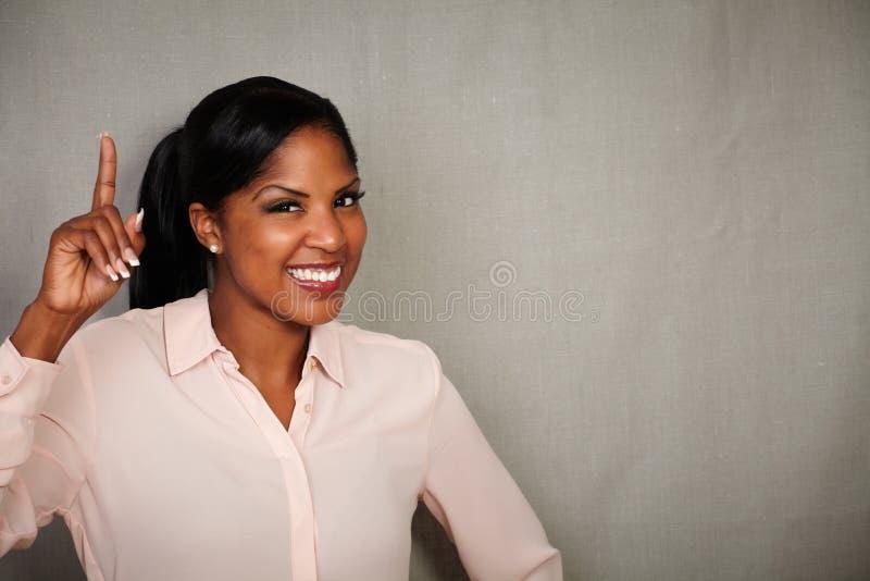 Toothy le för lycklig affärskvinna på kameran fotografering för bildbyråer