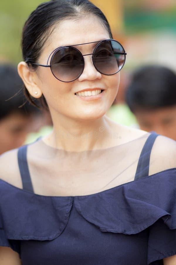 Toothy le framsida av härlig asiatisk kvinnalyckasinnesrörelse royaltyfri foto