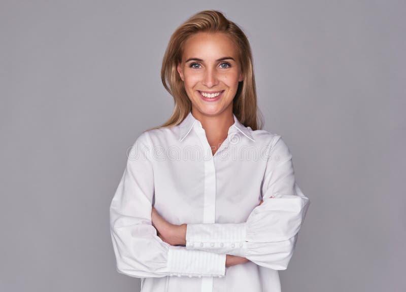 Toothy uśmiechnięta młoda ładna kobieta obraz stock