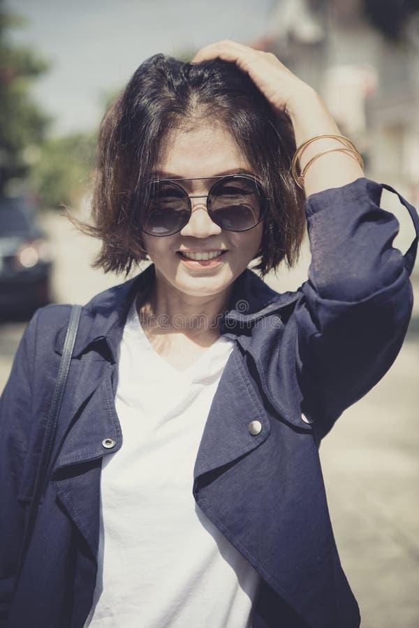 Toothy uśmiechnięta twarz piękna azjatykcia kobieta relaksuje z szczęście emocją obrazy royalty free