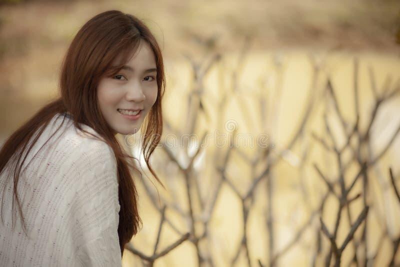 Toothy uśmiechnięta twarz piękna młoda azjatykcia kobiety szczęścia emocja obrazy stock