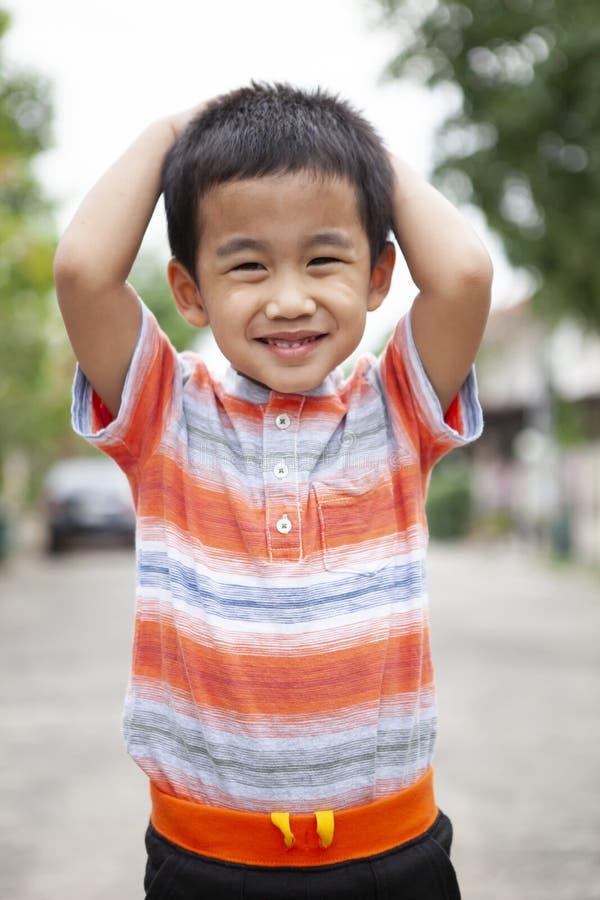 Toothy uśmiechnięta twarzy szczęścia emocja azjatykci dzieci stać plenerowy zdjęcia royalty free