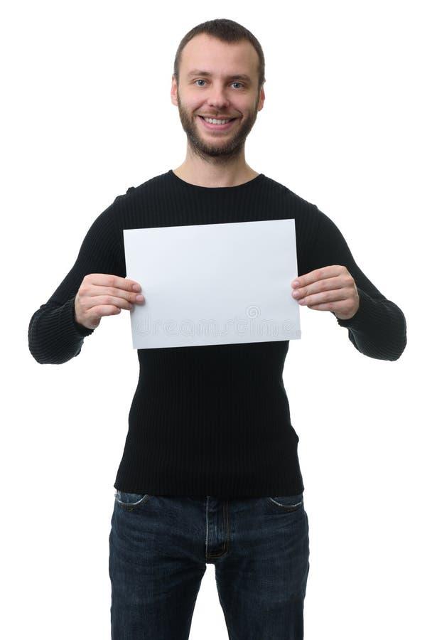 Toothy uśmiechnięty mężczyzna pokazuje pustego papieru prześcieradło zdjęcie royalty free