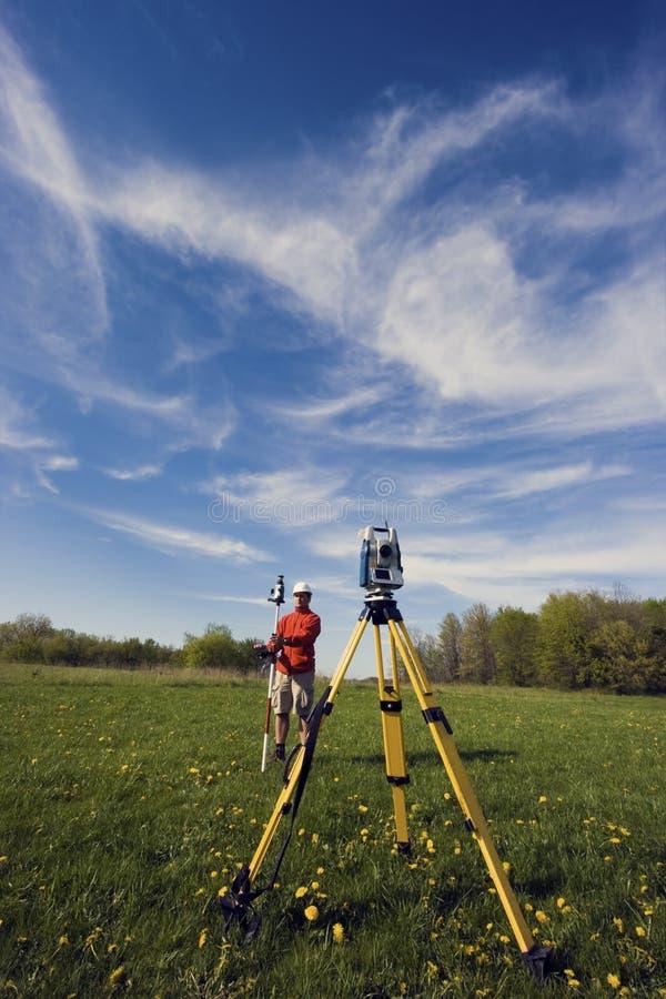 Topógrafo da terra que trabalha com estação robótico fotos de stock