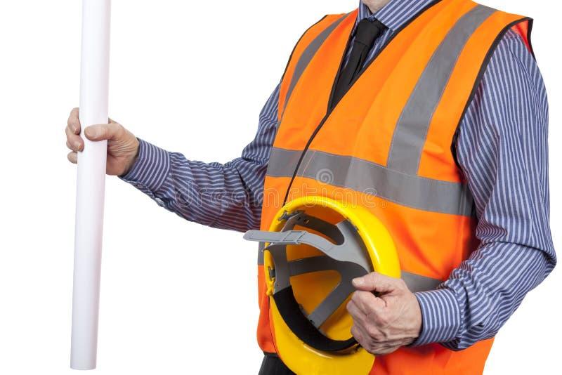 Topógrafo del edificio en el chaleco anaranjado de la visibilidad que sostiene dibujos y el sombrero imagen de archivo