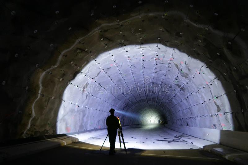 Topógrafo no canteiro de obras do túnel foto de stock