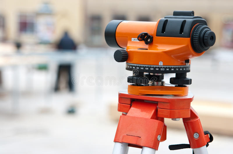 Topógrafo que nivela el instrumento fotos de archivo