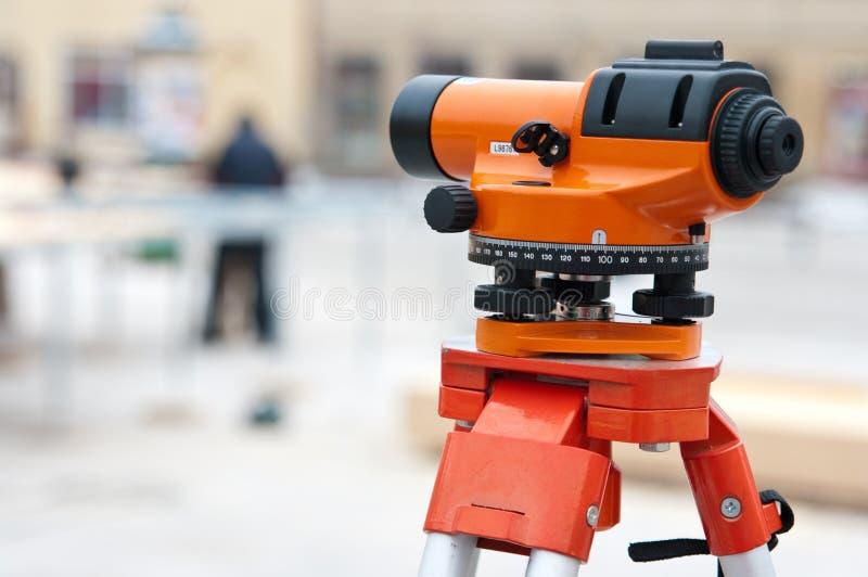 Topógrafo que nivela o instrumento fotos de stock