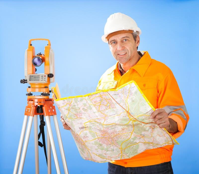 Topógrafo sênior da terra com theodolite imagens de stock