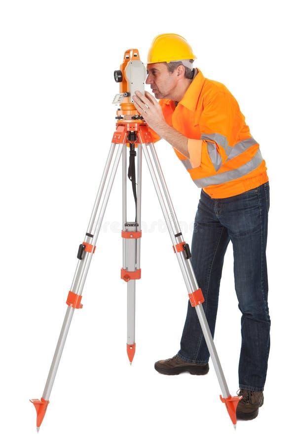 Topógrafo sênior da terra com theodolite fotos de stock