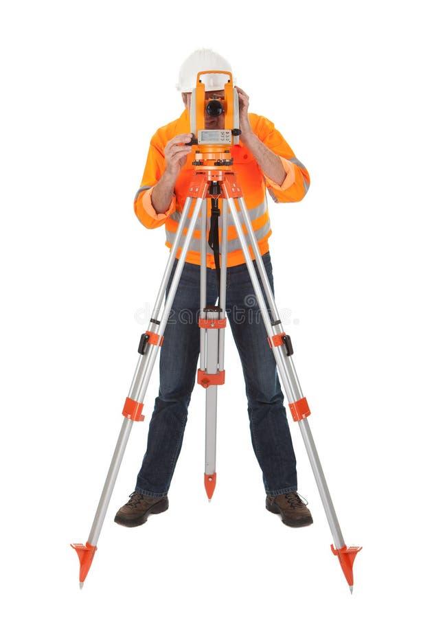 Topógrafo sênior da terra com theodolite foto de stock