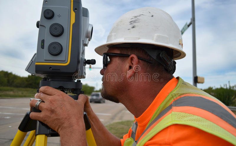 Topógrafo Using Robot Equipment em The Field foto de stock