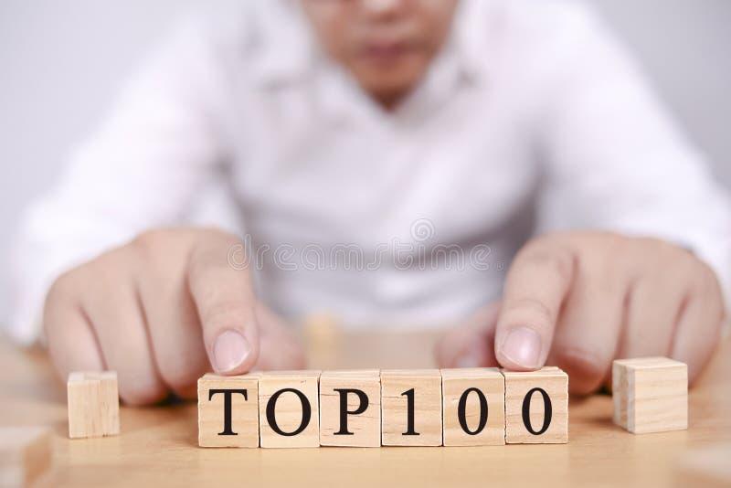 Top 100 κατάλογος, κινητήρια έννοια αποσπασμάτων λέξεων στοκ εικόνες