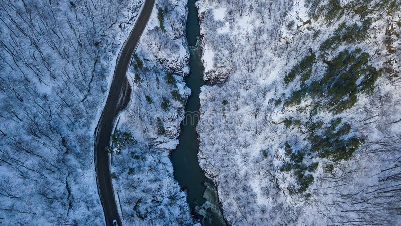Top aéreo abajo de la foto del camino, río, montañas en Lago-Naki, Rusia fotografía de archivo