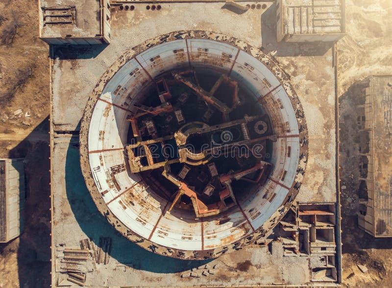 Top aéreo abajo de la vista de la central nuclear abandonada y arruinada en Shelkino, Crimea foto de archivo