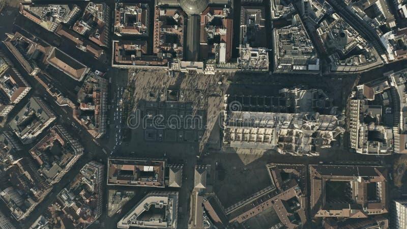 Top aéreo abajo de la vista del cuadrado y de los di apretados Milano o Milan Cathedral de Piazza del Duomo del Duomo Lombardía,  fotografía de archivo libre de regalías