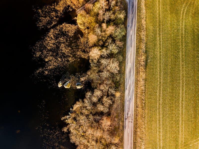 Top abajo del camino y del lago imagenes de archivo