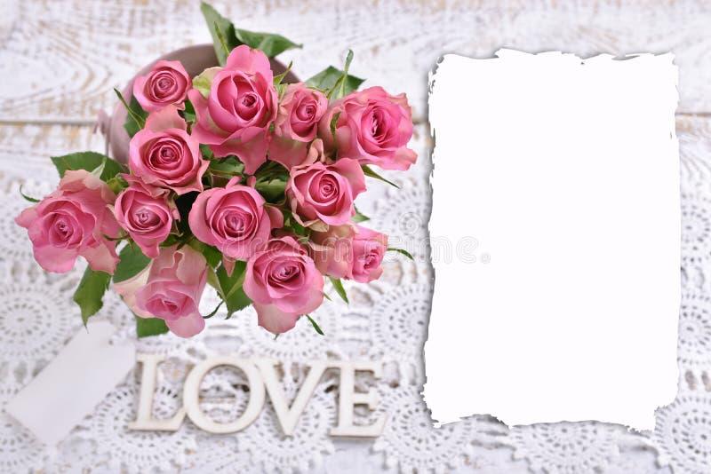 Top-Ansicht der rosa Rosen und Kopierplatz für eigenen Text stockbild