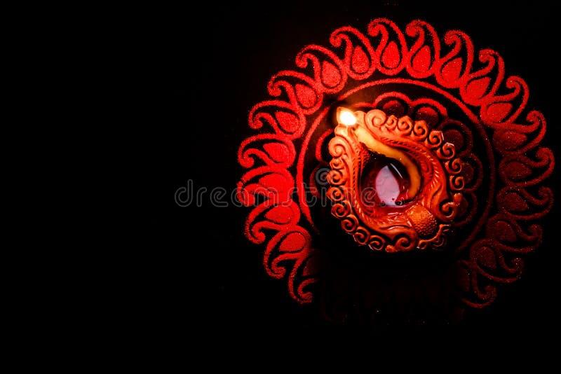 Top-Ansicht der schönen Tonlampe in Diwali mit Red Rangoli Kunst mit Kopierraum Hingabe und Fest der Lichtkonzepte stockfotos