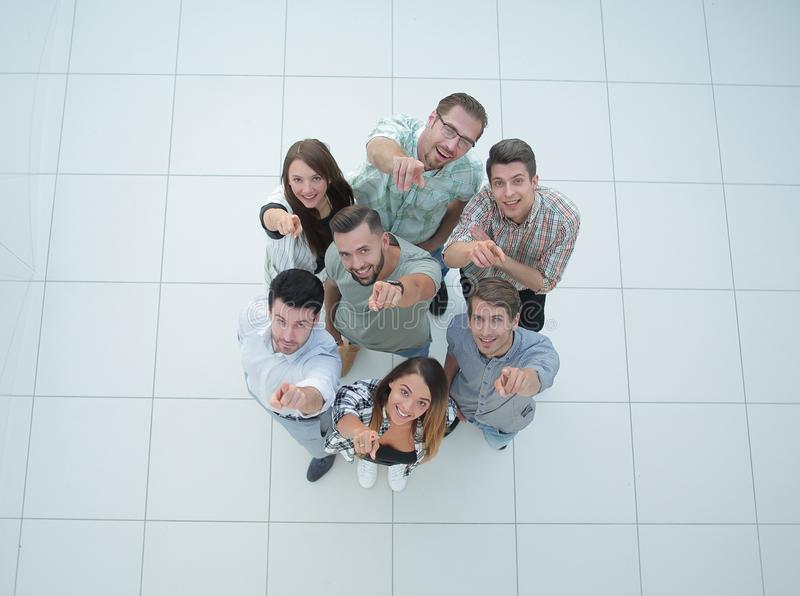Top beskådar en grupp av lyckade ungdomarsom pekar till dig arkivfoton