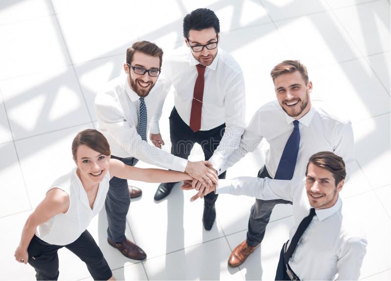 Top beskådar Lyckat affärslag som visar deras enhet arkivfoto