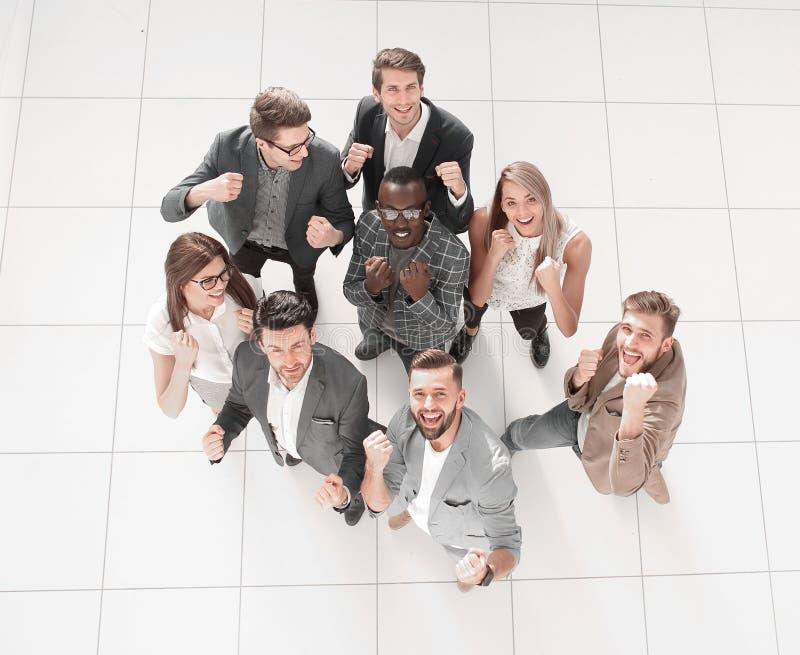 Top beskådar lyckligt lag för affär Begreppet av framgång arkivfoto