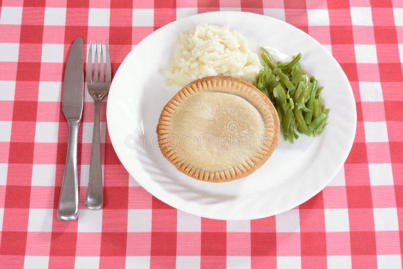 Top beskådar meatpien med grönsaker royaltyfria bilder