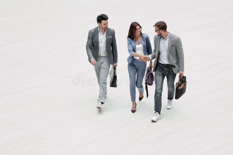 Top beskådar tre moderna affärspersoner royaltyfri bild